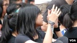 「鐵屋吶喊」反國民教育集會的參加者穿黑衣並戴上黑絲帶及反洗腦標語