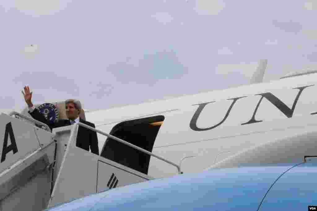 克里离开韩国前向辞别的人挥手致意(美国之音记者莉雅拍摄)