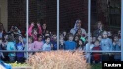 Warga menunggu Senator Elizabeth Warren yang baru saja tiba untuk memberikan suara di Cambridge, Massachusetts, Selasa (3/3).