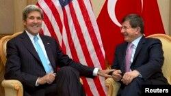 John Kerry û Ahmet Davutoglu li Bruney, Sêşem, 2'ê meha 7, 2013.