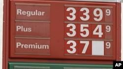 Gas Station manager Joseph Sublett changes a sign reflecting reflecting lower prices in Little Rock, Arkansas, June 22, 2011(file photo)