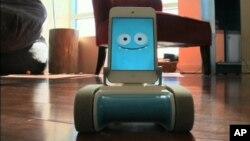 """Robot Romo sa Ajfonom kao """"mozgom"""" koristi gusenice za kretanje i savlađivanje manjih prepreka"""