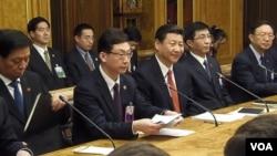 2013年3月中国代表团访问俄罗斯国家杜马,中共高层智囊王沪宁(右二)坐在习近平和杨洁篪之间,在座的还有中央办公厅主任栗战书(左一)(美国之音白桦拍摄)