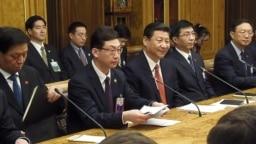2013年3月中國代表團訪問俄羅斯國家杜馬,中共高層智囊王滬寧(右二)坐在習近平和楊潔篪之間,在座的還有中央辦公廳主任栗戰書(左一)(美國之音白樺拍攝)