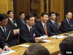 中央办公厅主任栗战书,翻译,习近平,王沪宁,杨洁篪(从左到右)3月23日在国家杜马。(美国之音白桦拍摄)