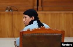 Tokoh ISIS Indonesia, Oman Rochman alias Aman Abdurrahman saat tampil di pengadilan di Jakarta, 22 Juni 2018.