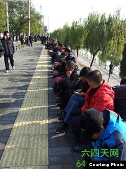 北京国家信访局外默默的访民 (图片来源:六四天网提供)