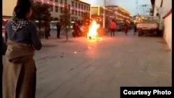 自由西藏运动组织公布的照片显示,2016年12月8日,甘肃省甘南藏族自治州玛曲县发生藏人自焚抗议事件,自焚者死亡。