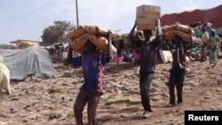 Men carry humanitarian aid in Mopti, Mali, February 4, 2013.