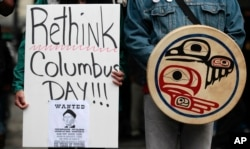 미국 원주민을 비롯한 시민들이 지난 2011년 시애틀 시내에서 '콜럼버스 데이'를 '원주민의 날'로 대체할 것을 요구하는 시위를 벌이고 있다.