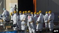 Stručnjaci u zaštitnoj odeći pripremaju se za čišćenje elektrane Fukušima od radioaktivnih čestica
