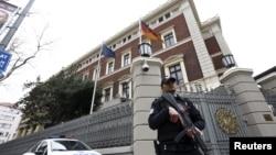 독일 정부가 17일 테러 위협에 대응해 터키 주재 대사관 등 외교 공관을 일시 폐쇄한 가운데, 터키 경찰이 이스탄불 주재 영사관 입구를 지키고 있다.