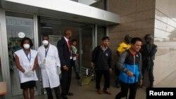 Nhân viên y tế đeo mặt nạ và găng tay tại sân bay quốc tế Félix Houphouët Boigny ở Abidjan, ngày 12/8/2014.