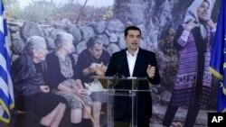 PM Yunani Alexis Tsipras memberikan sambutan setelah 30 pengungsi direlokasikan dari Athena, Yunani ke Luxembourg (4/11).