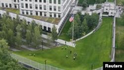 Policías investigan la explosión de un artefacto en el complejo de la embajada estadounidense en Kiev, el 8 de junio.