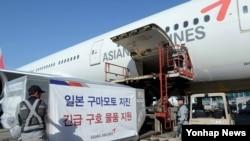 19일 인천국제공항에서 아시아나항공이 일본 구마모토 지진 피해자들에게 지원하는 긴급구호 물품을 후쿠오카행 항공기에 싣고 있다.