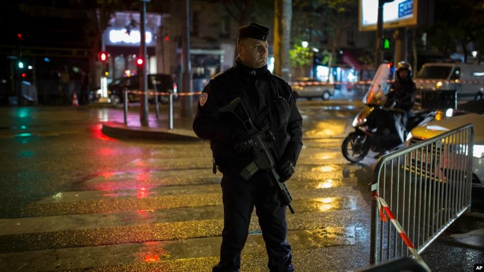 Cảnh sát chống bạo động đứng gác gần nhà hát Bataclan ở Paris, 12/11/2016. Một buổi hòa nhạc của ca sĩ Sting đánh dấu sự mở cửa trở lại của Bataclan một năm sau vụ khủng bố giết chết 90 người.