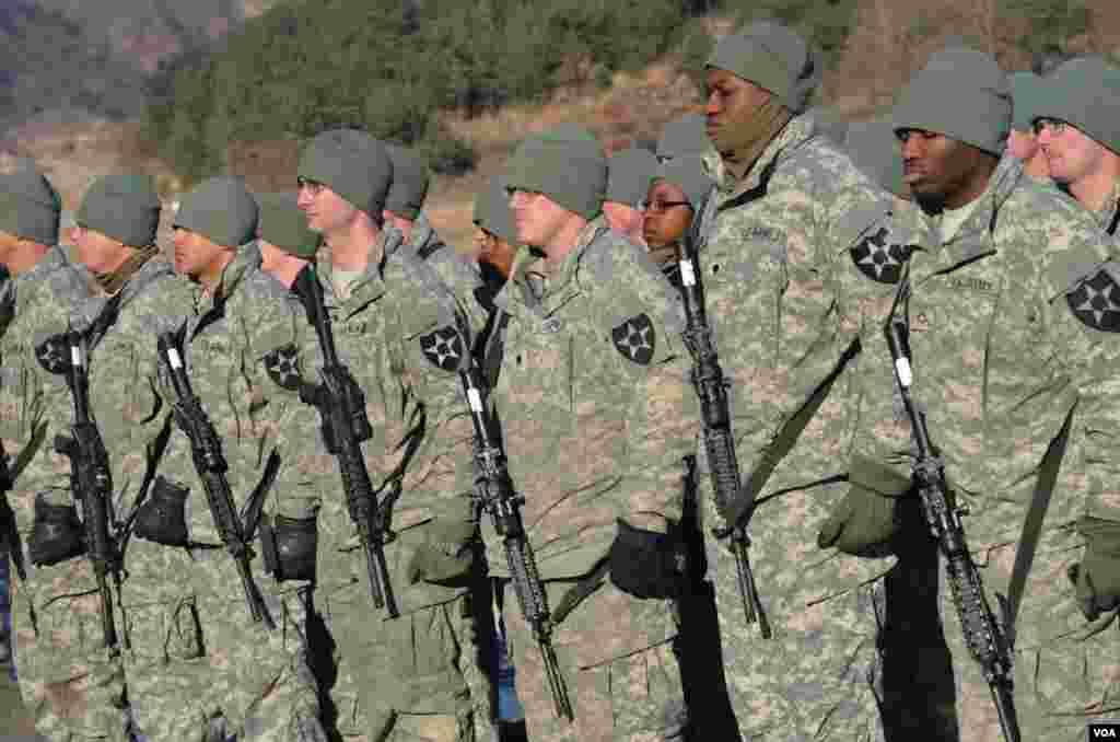 Các binh sĩ Sư đoàn 2 Bộ binh Hoa Kỳ vào một ngày nắng nhưng giá lạnh với nhiệt độ âm10 độ C, Pocheon, Nam Triều Tiên, 25-1-2013. (S.Herman/VOA)