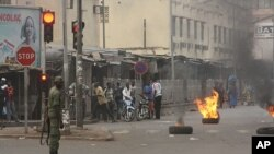 Dân chúng đốt lốp xe ủng hộ vụ nổi loạn ở Bamako, Mali, ngày 22/3/2012