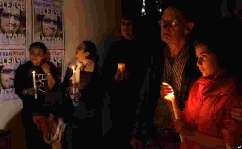 Los periodistas y los miembros de la familia del fotoperiodista Anton Hammerl sostienen velas durante una vigilia para pedir su liberación en el Día Mundial de la Libertad de Prensa en Johannesburgo, Sudáfrica.