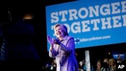民主党推定总统候选人希拉里•克林顿在北卡罗来纳州夏洛特市向民主党志愿者发表讲话。(2016年7月25日)