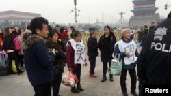 在中國全國政協會議開幕前告狀民眾出現在北京天安門廣場旁。(2018年3月3日)