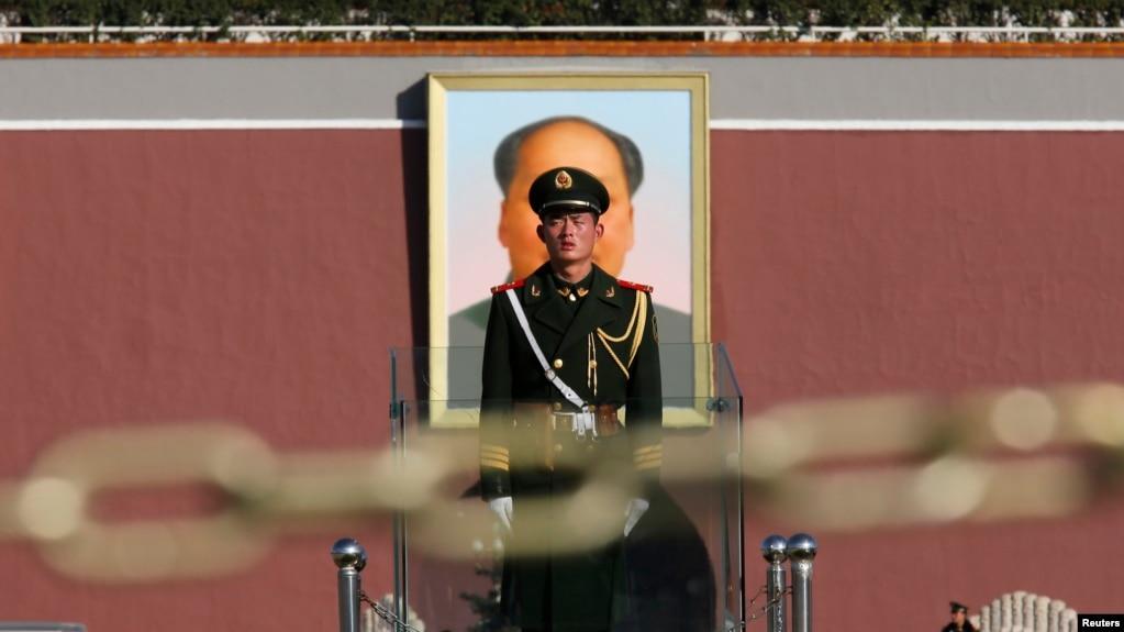 中国武警站在天安门上毛泽东像的前面与拦路的锁链后面(2013年11月12日) 。图上有毛像,警察,铁索……