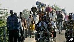 Des Tchadiens traversant le fleuve Chari vers N'Djamena, 2008