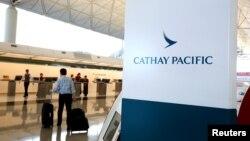 香港机场的国泰航空公司登记柜台(资料照)