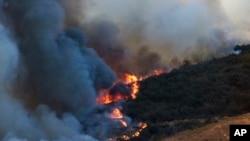 Một đám cháy rừng dọc theo sườn đồi tại San Marcos, California.