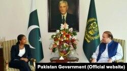 ABD Ulusal Güvenlik Danışmanı Susan Rice ve Pakistan Başbakanı Navaz Şerif, Pakistan'ın kurucusu Muhammed Ali Cinnah'ın portresi önünde