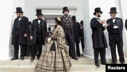 지난 2015년 4월 미국 일리노이주 반달리아시의 주의사당에서 열린 '링컨 대표자 연합 연례 컨벤션'에서 참석자들이 미국의 16대 에이브러햄 링컨 대통령 과 메리 토드 여사로 분장하고 나타났다. 매해 링컨 대통령의 생애를 기념해 열리는 이 행사 기간동안 미국 전역의 시민들이 일리노이를 방문한다.