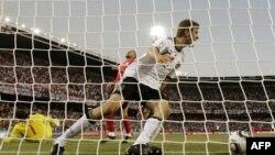 Thomas Mueller của đội Ðức ăn mừng sau khi ghi được bàn thắng thứ tư vào lưới của đội Anh tại Sân Vận động Free State ở Bloemfontein, Nam Phi, chủ nhật, Ngày 27 tháng 6, 2010