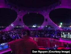 Dan Nguyễn làm DJ trong một sự kiện âm nhạc.