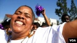 Laporan Tingkat Kebahagiaan Dunia 2015 menunjukkan perlunya dukungan sosial untuk membuat orang bahagia. (VOA).