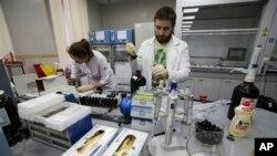 Співробітники національної російської лабораторії з тестування на наркотики в Москві