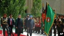حامد کرزی رئیس جمهور افغانستان و من موهن سِنگ صدراعظم هندوستان حین معاینۀ گارد در ارگ ریاست جمهوری افغانستان
