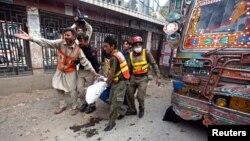 파키스탄 북서부 페샤와르에서 29일 폭탄 테러가 발생한 가운데, 구조대원이 부상자를 옮기고 있다.