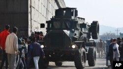 2016年1月2日裝甲車在被襲印度空軍基地附近移動。