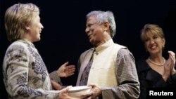 ທ່ານນາງ ຄລິນຕັນ ຂະນະພົບປະກັບທ່ານ Muhammad Yunus ຜູ້ກໍ່ ຕັ້ງທະນາຄານ Grameen ແລະຜູ້ໄດ້ຮັບລາງວັນ Nobel