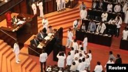2018年11月14日,斯里蘭卡議員在斯里蘭卡科倫坡舉行的議會會議期間,在議長拉賈帕克薩面前辯論。