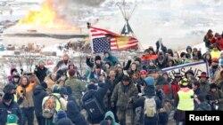 2017年2月22日,反对修建达科他输油管道的人士走出北达科他州小镇坎能鲍尔附近的一个主营地。