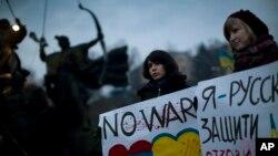 Dân Ukraina cầm các biểu ngữ phản đối sự can thiệp của quân đội Nga ở Crimea, Kyiv, Ukraina 2/3/14