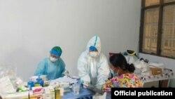ရန္ကုန္ၿမိဳ႕ရွိ Fever Clinic တခုတြင္ ကုသေပးေနမႈ ျမင္ကြင္း။