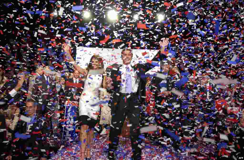 Арнольд Шварценеггер и Мария Шрайвер празднуют победу в выборах губернатора Калифорнии, 7 октября 2003г.