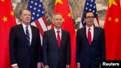 2019年3月29日美中貿易談判代表(左起)萊特希澤、劉鶴和努欽在北京合影。