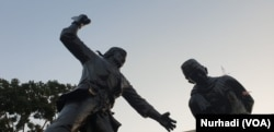 Patung yang menggambarkan Muso mengeksekusi Kyai Husen di Monumen Kresek, Madiun. (Foto:VOA/ Nurhadi)