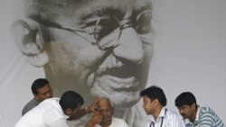 احزاب سیاسی هند از فعال ضد فساد می خواهند به اعتصاب غذا پایان دهد
