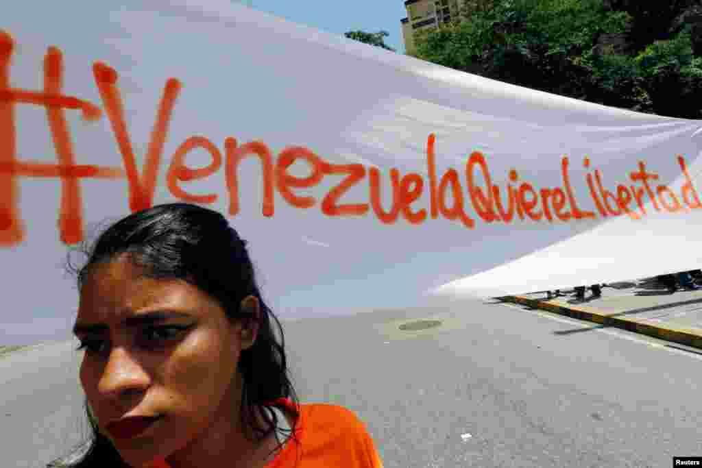 اعتراض ها به رئیس جمهوری ونزوئلا ادامه دارد. روی این بنر نوشته شده ونزوئلا آزادی می خواهد.