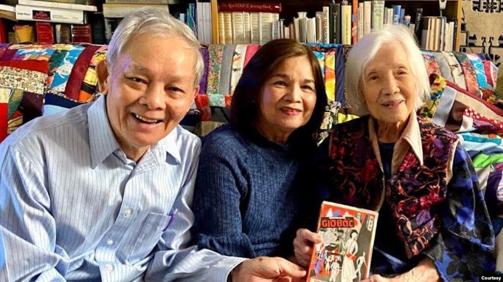 Phạm Xuân Đài, Trần Mộng Tú và Linh Bảo đang nâng niu cuốn Gió Bấc xuất bản năm 1954.